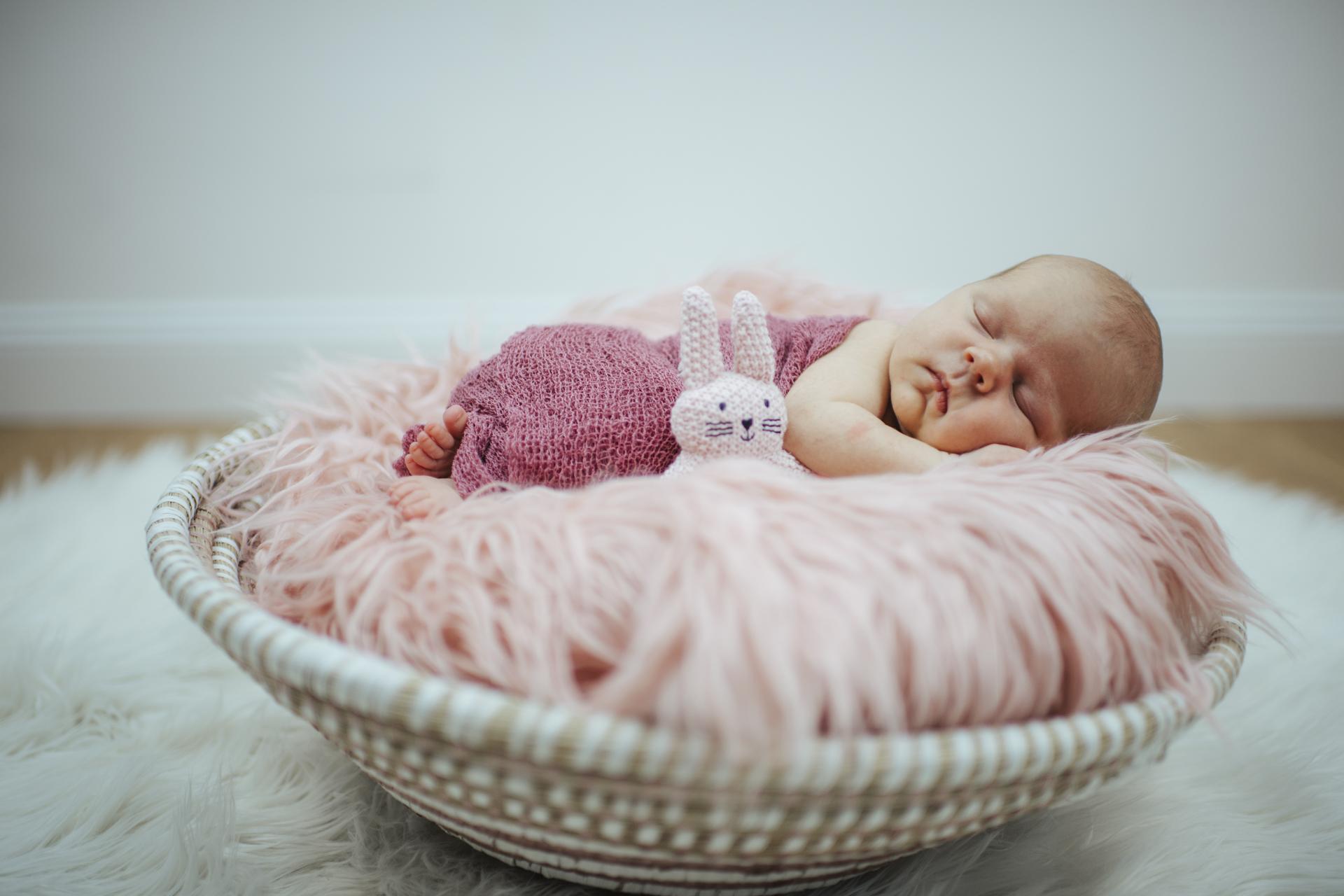 newbornfotos-maedchen-schale